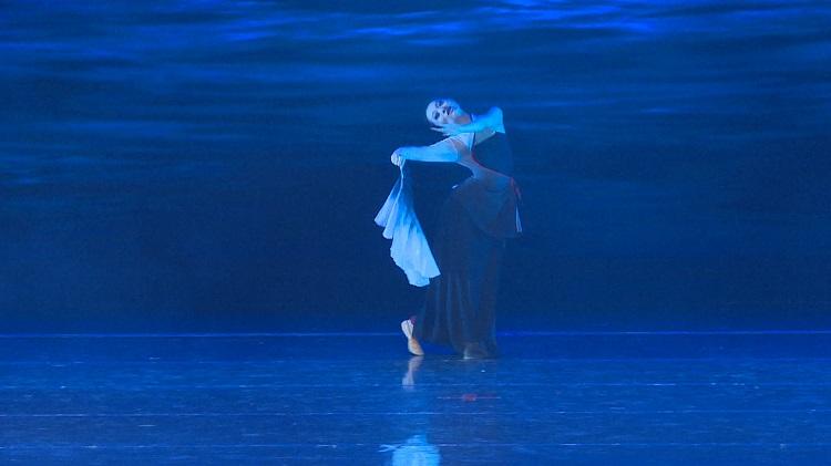 《孤月杳然》,月亮下独舞的精灵