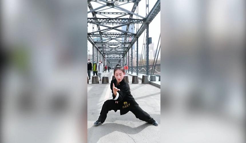 中山桥上打太极