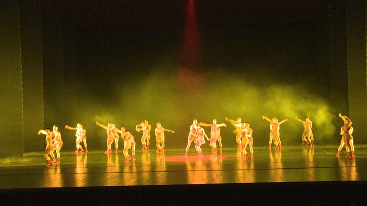 一群带有青春气息的舞者,把《黄河谣》表现得淋漓尽致