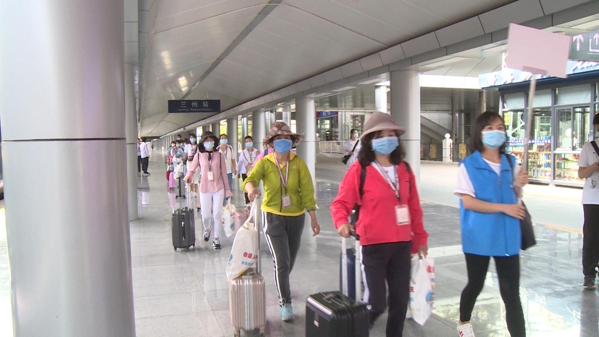 甘肃首批抗疫一线200余名医务人员赴河西健康休养