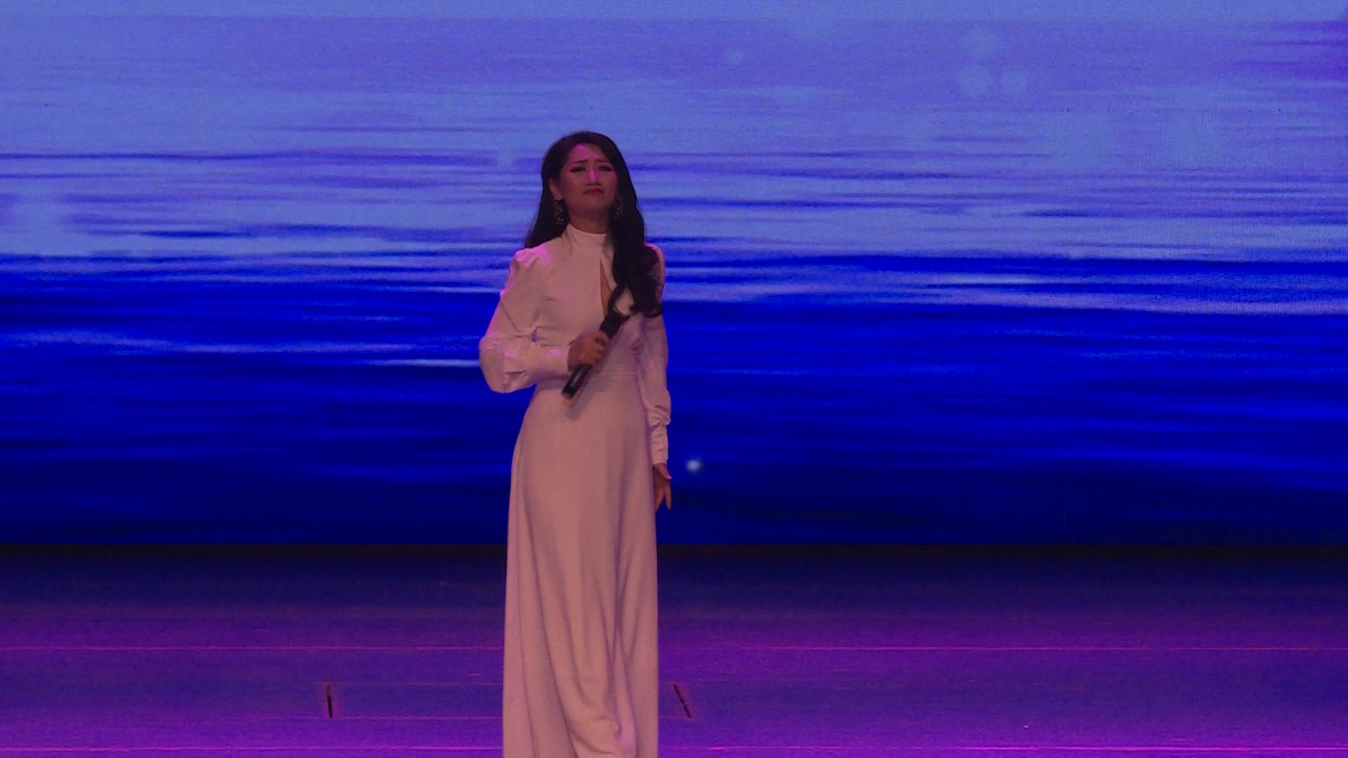 女声独唱《大爱》引来观众雷鸣般的掌声