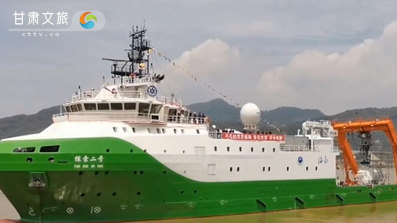 中国深海科考母船探索二号入役